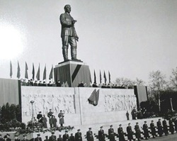stalin_statue_in_budapest__1950s